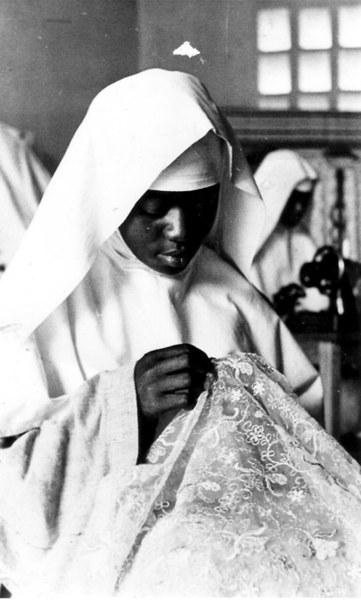 11/06/1966 - Camerun (diocesi di Nkongsamba): presso le Clarisse di Sangmelima. - Una religiosa impegnata in un delicato lavoro di ricamo.